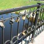 Kärleksbro i Riga, trend om att nygifta ska låsa fast deras eviga kärlek till varandra.