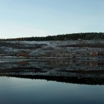 Panorama över Öviks hamn, härlig spegelblank dag.